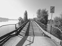 Uma ponte em preto e branco imagens de stock