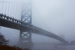 Uma ponte encoberta na névoa imagem de stock