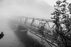 Uma ponte nevoenta Fotografia de Stock