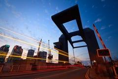 Uma ponte no fechamento de entrada ocidental da doca da Índia em Canary Wharf, Lonodn Fotos de Stock Royalty Free