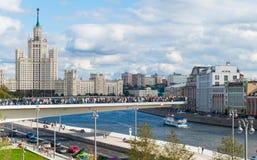 Uma ponte nova ao meio do rio de Moscou Imagens de Stock Royalty Free
