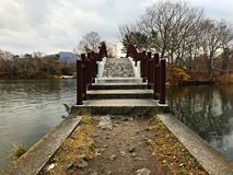 Uma ponte para cruzar o lago Fotografia de Stock Royalty Free