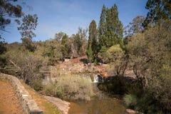 Uma ponte pedestre sobre as quedas da água e rio em John Forre Fotografia de Stock Royalty Free