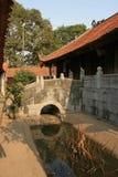 Uma ponte pequena foi construída sobre um ribeiro em um templo budista perto de Hanoi (Vietname) Fotografia de Stock