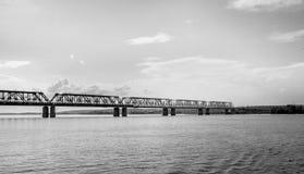 Uma ponte railway através do Rio Volga Foto de Stock Royalty Free