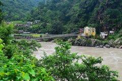 Uma ponte sobre o Ganges Rio Ganga que corre através do vale Himalaia, Uttarakhand, Índia Fotografia de Stock