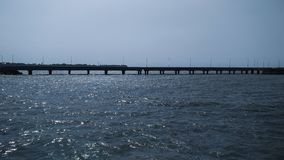 Uma ponte sobre um mar imagem de stock