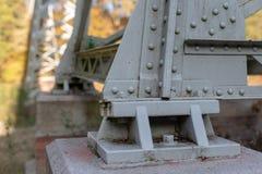 Uma ponte sobre um rio construído de um fardo A ponte, fardo juntou-se a b imagens de stock