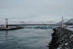 Uma ponte sobre um rio na lagoa da geleira de Jökulsarlon, Islândia Fotografia de Stock