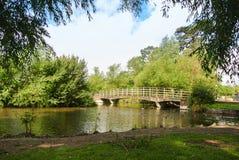 Uma ponte sobre um rio no parque de Salisbúria, Inglaterra foto de stock