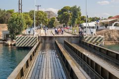Uma ponte submergível na entrada do canal de Corinth imagens de stock royalty free