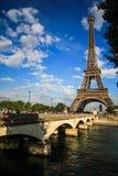 Uma ponte transversalmente à torre de Eifel Imagem de Stock
