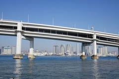 Uma ponte transversalmente na baía do Tóquio no Tóquio, Japão Fotografia de Stock Royalty Free