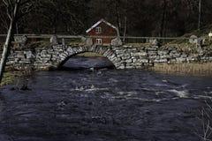 Uma ponte velha do arco na Suécia de Hyssna imagens de stock royalty free