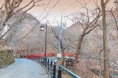 Uma ponte vermelha em Ikaho Onsen no outono é um locat da cidade da mola quente imagens de stock