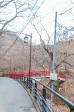 Uma ponte vermelha em Ikaho Onsen no outono é um locat da cidade da mola quente fotos de stock