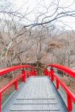 Uma ponte vermelha em Ikaho Onsen no outono é um locat da cidade da mola quente foto de stock royalty free