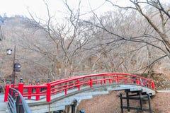 Uma ponte vermelha em Ikaho Onsen no outono é um locat da cidade da mola quente imagem de stock