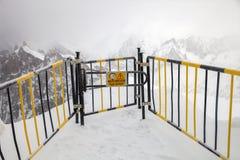 Uma porta ao vale branco imagens de stock