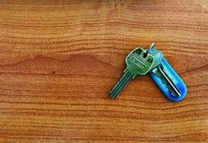 Uma porta-chaves, etiqueta uma tabela de madeira Imagens de Stock Royalty Free