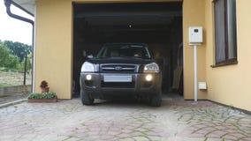Uma porta da garagem abre automaticamente o movimento do carro video estoque