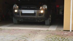 Uma porta da garagem abre automaticamente o movimento do carro filme