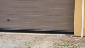 Uma porta da garagem fecha automaticamente o movimento do carro vídeos de arquivo