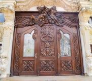 Uma porta de madeira cinzelada imagem de stock