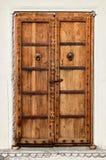 Uma porta de madeira dilapidada velha Fotos de Stock