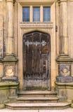 Uma porta de madeira marrom medieval com colunas imagens de stock