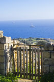 Uma porta de madeira que negligencia o mar Mediterrâneo imagem de stock