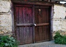 Uma porta de madeira velha fotos de stock royalty free