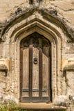 Uma porta de madeira velha alta com uma aldrava no meio dela imagem de stock