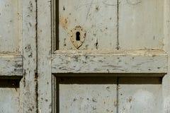 Uma porta de madeira velha com um fechamento oxidado Fotografia de Stock