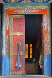 Uma porta do monastério de Thiksey foto de stock