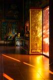 Uma porta extraordinariamente decorada com teste padrão de buddha Imagens de Stock
