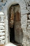 Uma porta marrom velha da casa imagem de stock