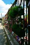 Uma porta memorável do santuário do ferro em ossos cruzados jardina, Londres, Reino Unido Imagens de Stock Royalty Free