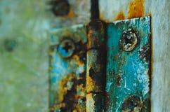 Uma porta oxidada h com parafusos oxidados fotografia de stock