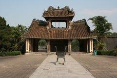 Uma porta perto do túmulo da Turquia Duc na matiz, Vietname fotografia de stock royalty free