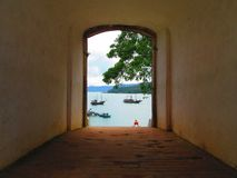 Uma porta que negligencia o mar azul Imagens de Stock