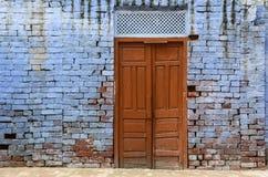 Uma porta velha com a parede azul em Amritsar, Índia Fotografia de Stock
