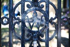Uma porta velha do ferro forjado com um projeto imagens de stock