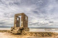 Uma porta velha ny o oceano Imagens de Stock