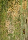 Uma porta verde de madeira velha com um fechamento oxidado Imagens de Stock Royalty Free