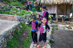 Uma pose da família de Akha para fotos do turista em Doi Pui Mong Hill Tribe Village, Chiang Mai, Tailândia imagens de stock royalty free