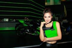Uma pose fêmea não identificada do apresentador na exposição automóvel internacional 2017 de Banguecoque Fotos de Stock