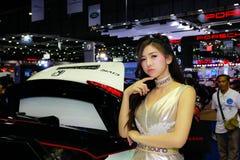 Uma pose fêmea não identificada do apresentador na exposição automóvel internacional 2017 de Banguecoque Foto de Stock