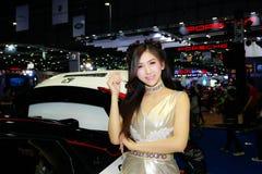 Uma pose fêmea não identificada do apresentador na exposição automóvel internacional 2017 de Banguecoque Foto de Stock Royalty Free