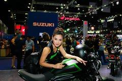 Uma pose fêmea não identificada do apresentador na exposição automóvel internacional 2017 de Banguecoque Imagens de Stock Royalty Free